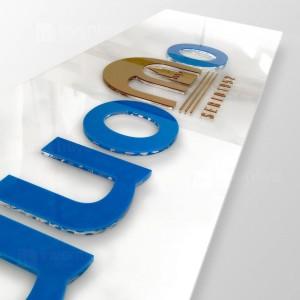 Insegna plexiglass bianca con lettere rilievo