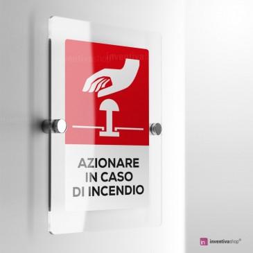 Cartello Plex: Azionare pulsante in caso di incendio