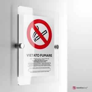 Cartello Plex: Vietato fumare con legge.