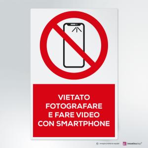 Cartello vietato fotografare e fare video con lo smartphone