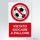 Cartello plexiglass ( cm 13 x 20 ) su parete con distanziatori: vietato giocare a pallone