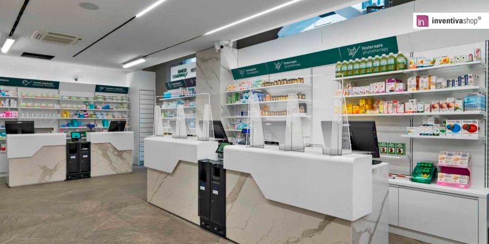 Pannelli protettivi in plexiglass e paratie per casse negozio posizionate su ogni bancone